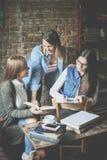 Счастливый усмехаясь студент девушек уча совместно дома Стоковые Изображения