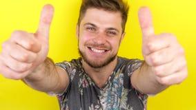 Счастливый усмехаясь человек смотря вверх и показывая большие пальцы руки вверх акции видеоматериалы