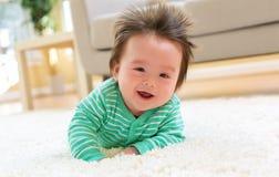 Счастливый усмехаясь newborn ребёнок стоковое изображение rf