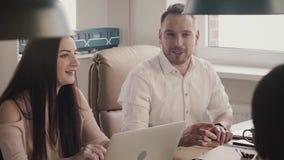 Счастливый успешный кавказский бизнесмен разговаривая, усмехаясь и обсуждая партнерство с многонациональным замедленным движением сток-видео