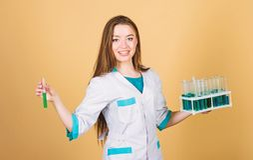 Счастливый ученый женщины в лаборатории r доктор женщины с испытывая трубкой и микроскопом, исследованием Ученый на работе стоковые фотографии rf