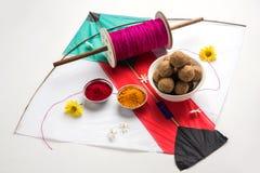 Счастливый фестиваль Makar Sankranti - Tilgul или до ladoo в шаре или плите с kumkum haldi и цветках с Fikri /Reel/Chakri /Spo стоковые фотографии rf