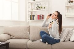 Счастливый ходить по магазинам женщины онлайн с кредитной карточкой Стоковое фото RF