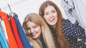 Счастливый ходить по магазинам одежд женщин Стоковая Фотография