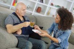 Счастливый чай выпивая чашки старшего человека дома Стоковые Изображения
