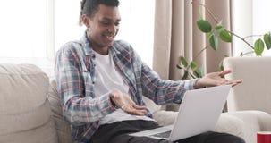 Счастливый человек во время видео-чата на ноутбуке сток-видео