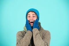 Счастливый человек в одеждах зимы Усмехаться человека счастливый на зимних отдыхах Праздники счастливые дни Праздничный стоковые фотографии rf