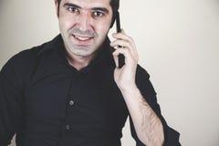 Счастливый человек говоря в телефоне стоковые изображения rf