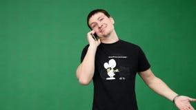 Счастливый человек говоря на телефоне сток-видео
