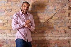 Счастливый человек застегивая рубашку Стоковое Фото