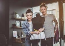 Счастливый человек и дама работая с манекеном Стоковое фото RF