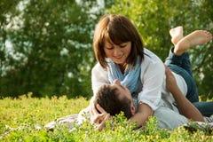 Счастливый человек и женщина обнимая и смотря один другого Стоковые Изображения RF