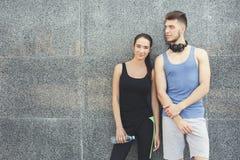 Счастливый человек и женщина ослабляя во время пролома Стоковые Изображения RF