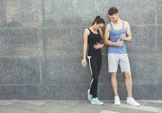 Счастливый человек и женщина ослабляя во время пролома Стоковые Фото