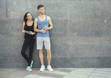 Счастливый человек и женщина ослабляя во время пролома Стоковое Изображение