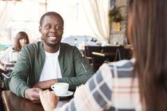 Счастливый человек наслаждаясь датой в кафе Стоковое Изображение RF