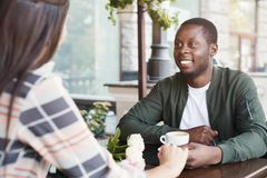 Счастливый человек наслаждаясь датой в кафе Стоковое Фото