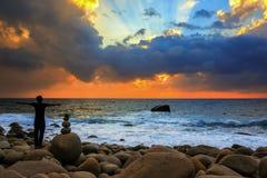 Счастливый человек наслаждаясь свободой на изумляя восходе солнца стоковые изображения rf