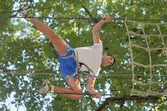 Счастливый человек на весьма парке веревочки с carabiners Стоковые Изображения