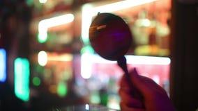 Счастливый человек певец-соло играет концепцию музыки ударного инстр акции видеоматериалы