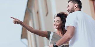 Счастливый человек показывая что-то к женщине вне здания Стоковое фото RF