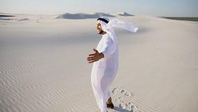 Счастливый человек шейха ОАЭ аравийца идет в середину белой пустыни и Стоковое Изображение RF
