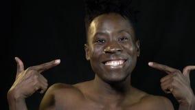 Счастливый чернокожий человек показывая его пальцы видеоматериал