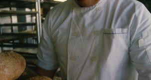 Счастливый шеф-повар держа поднос испеченных плюшек 4k акции видеоматериалы