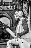 Счастливый элегантный мод-торговец в Барселоне, Испании с картой стоковое фото