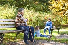 Счастливый дед с внучатами Стоковые Фотографии RF
