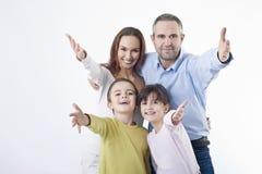 Счастливый gesturing семьи Стоковое Фото