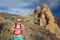 Счастливый hiker девушки идя на путь горы, приключение backpacker Стоковое Фото