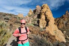 Счастливый hiker девушки идя на путь горы, приключение backpacker Стоковые Изображения RF