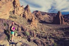 Счастливый hiker девушки идя на путь горы, приключение backpacker Стоковая Фотография RF