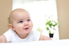 Счастливый newborn усмехаться ребёнка стоковое изображение rf