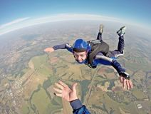 Счастливый parachutist усмехаясь в свободном падении Стоковые Изображения