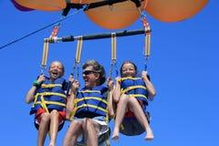 Счастливый Parasailing семьи Стоковое Изображение RF
