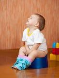 счастливый potty сидя малыш стоковое фото rf