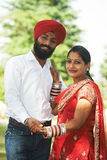 Счастливым индийским молодым пар пары пожененные взрослым стоковое фото