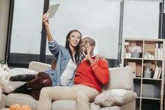 2 счастливых влюбчивых люд принимая фото себя внутри помещения Стоковая Фотография