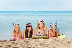 4 счастливых девушки на каникулах моря лета Стоковое Изображение RF