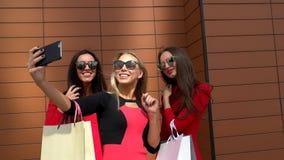 3 счастливых девушки принимая изображения и ходить по магазинам 3 изощрили женских друзей имея потеху совместно после наслаждатьс сток-видео