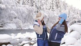 2 счастливых девушки смеяться и насладиться свежим воздухом вдоль рта реки горы в девушках снежных леса в любов акции видеоматериалы