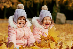 2 счастливых дет в осени одевают в парке Стоковая Фотография