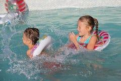 2 счастливых дет играя на бассейне на времени дня Стоковая Фотография RF