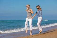 2 счастливых дет играя на пляже на времени дня Стоковые Фото