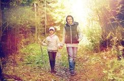 2 счастливых дет идя вдоль пути леса Стоковая Фотография