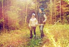 2 счастливых дет идя вдоль пути леса Стоковые Фотографии RF