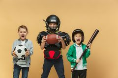 3 счастливых дет показывают различный спорт Концепция моды студии Концепция эмоций Стоковое Изображение RF