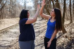 2 счастливых друз женщин дают 5 после jogging Приятельство, g Стоковое Изображение